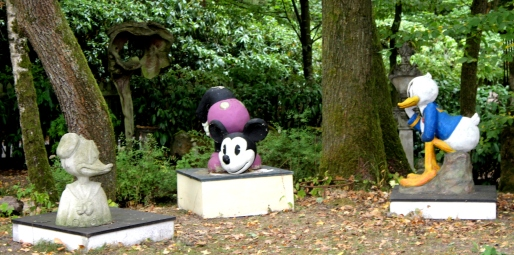 Torhaus Möhnesee Skulpturen Disney