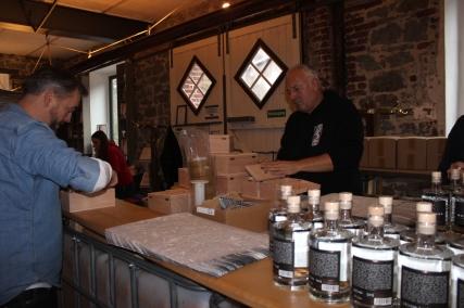 Woodland Gin Handarbeit am Fließband